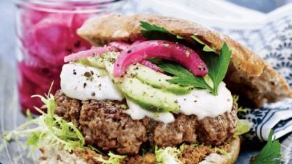 Lækker burger med kalvekød og syltede løg