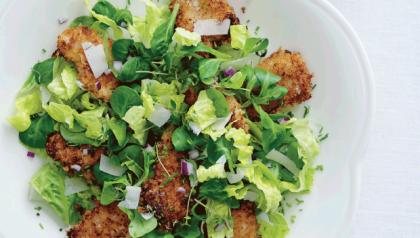 Sprøde kyllinge nuggets i salat